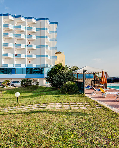 Hotel a lido di savio sul mare con spiaggia privata for Hotel asiago con piscina